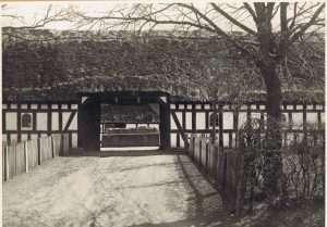 B01490-Rosbjerggaard-indkørsel-fra-Byvejen.-o.1930.-300x209